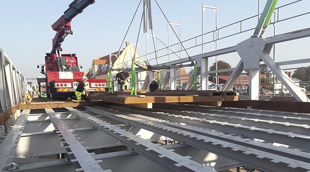 38 tons træ løftet på plads